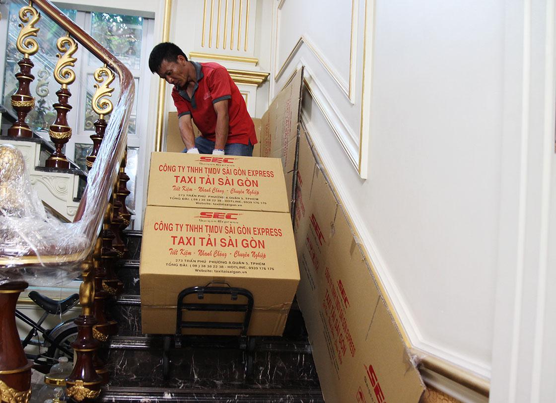kéo hàng lên cầu thang